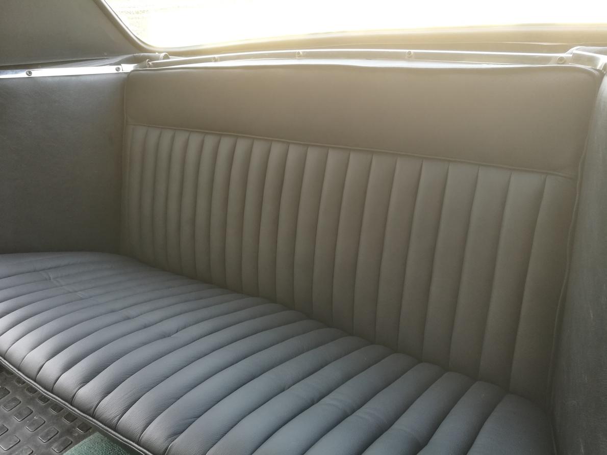 Rénovation Sellerie cuir banquette arrière Peugeot 404 Cabriolet