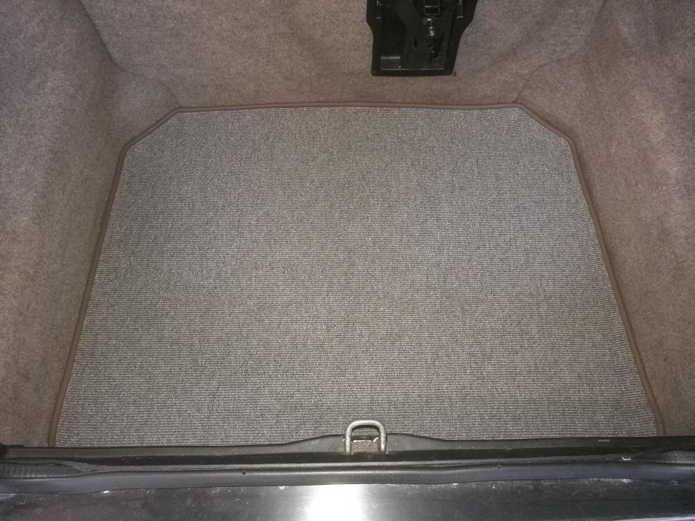 Réalisation d'un tapis de coffre sur Jaguar XJ40 par RC Sellerie