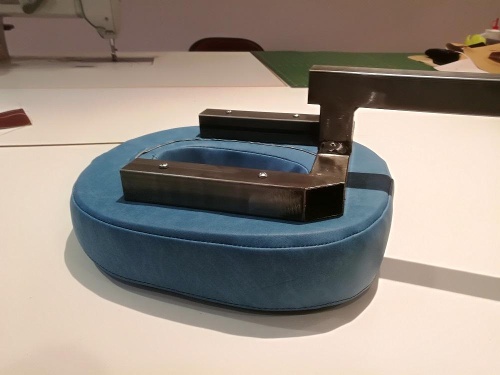 Conception et réalisation têtière pour table de kiné : acier, bois, mousse, tissu