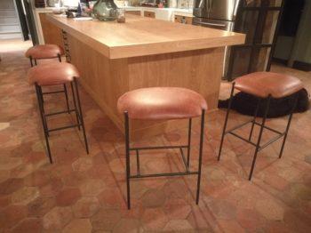 Rénovation en cuir vieilli de tabourets bar - RC Sellerie RC Sellerie