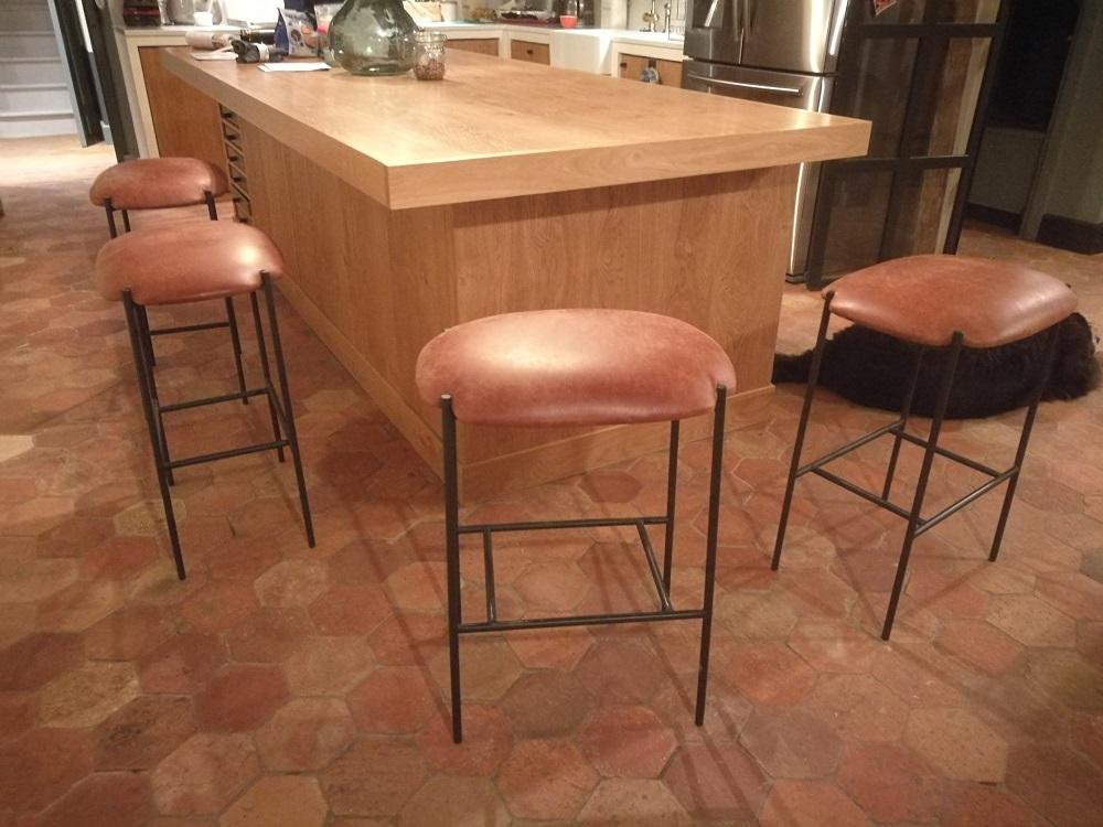 Rénovation en cuir vieilli de tabourets bar - RC Sellerie