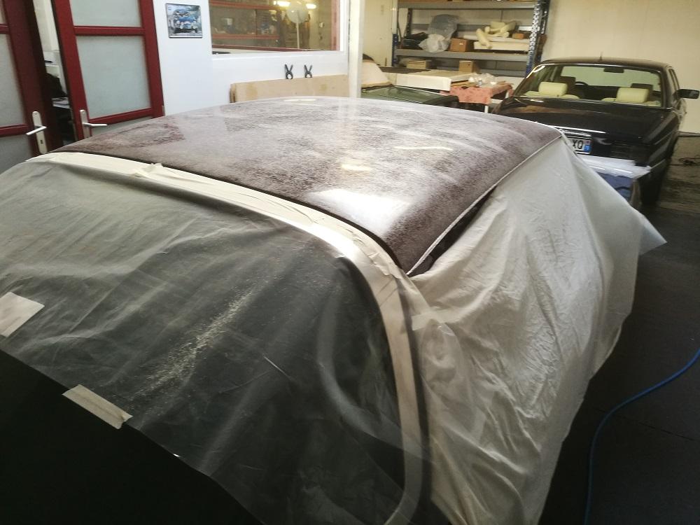 Préparation encollage du vinyle de toit sur Jensen Interceptor II