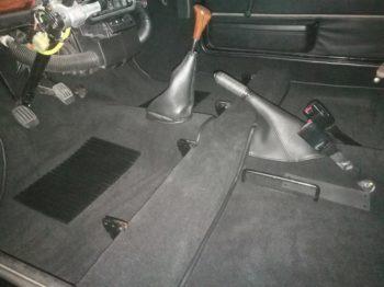 moquette épaisse noire anglaise et réalisation d'un soufflet de frein à main RC Sellerie