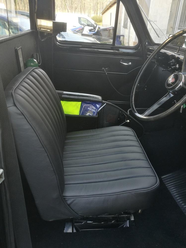 Siège en cuir avec côtes sellier pour ce taxi londonien par RC Sellerie